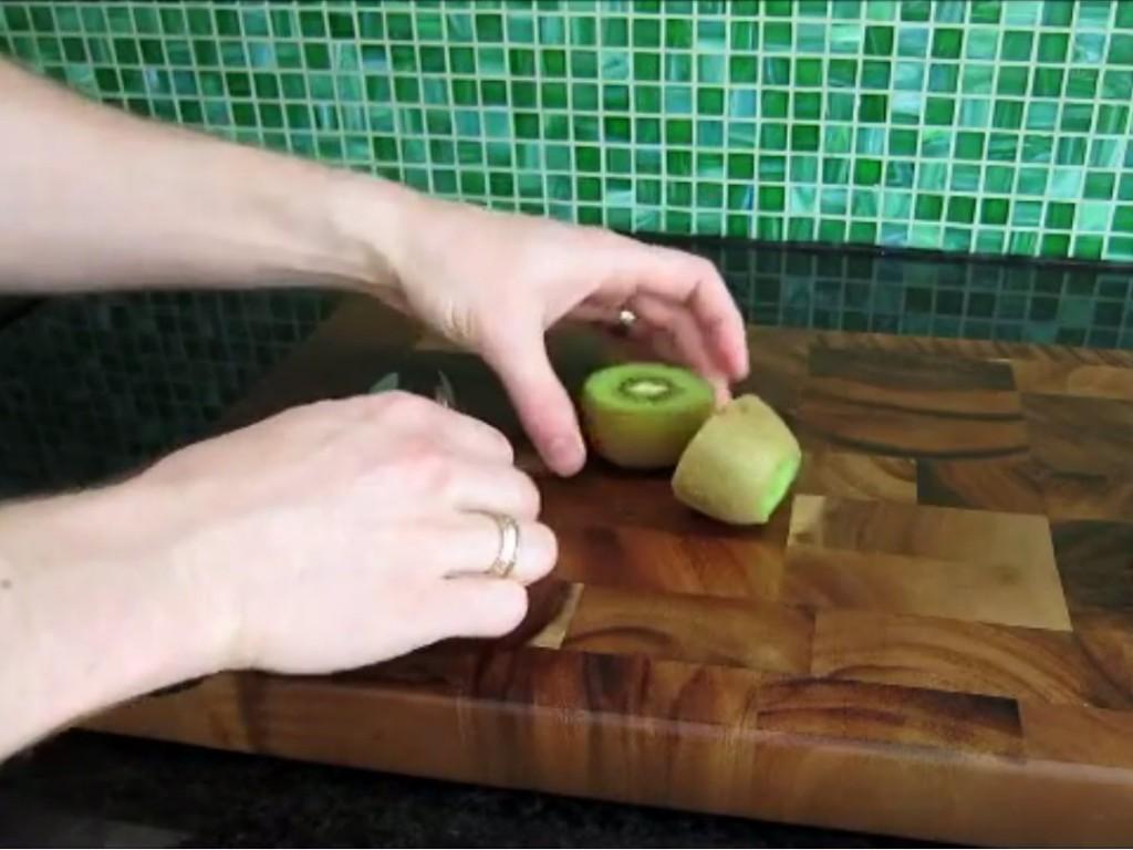 How to peel a kiwi