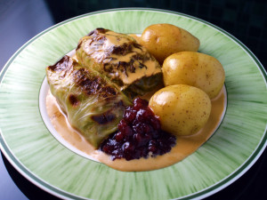 Recipe: Swedish cabbage rolls with cream sauce and lingonberry jam (kåldolmar med gräddsås och lingon)
