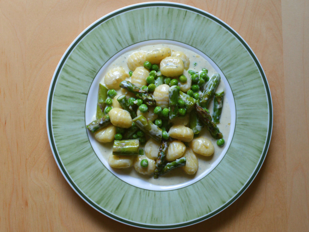 Asparagus gnocchi with creamy blue cheese and peas
