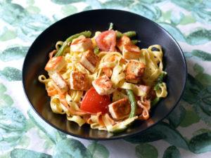 Tagliatelle med halloumi och tomater