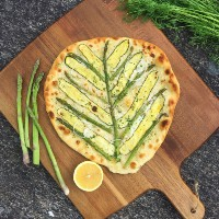 The veggie butcher - Vit pizza med citronmarinerad zucchini och sparris