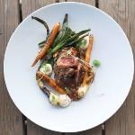 nattis matsida - Grillad och rubbad lammrostbiff, grillade knippmorötter och knipplök, chèvrekräm och rostad vitlökssky