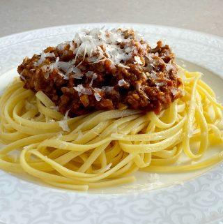 spagetti och vegetarisk köttfärssås