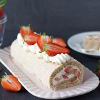 Cake by Mary - Hasselnötsrulltårta med jordgubbar