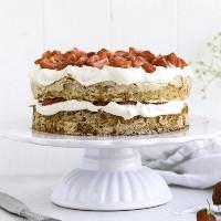 Fridas bakblogg - Mandelmarängtårta med jordgubbar & grädde
