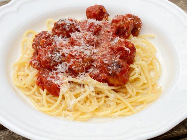 Köttbullar i tomatsås med spagetti