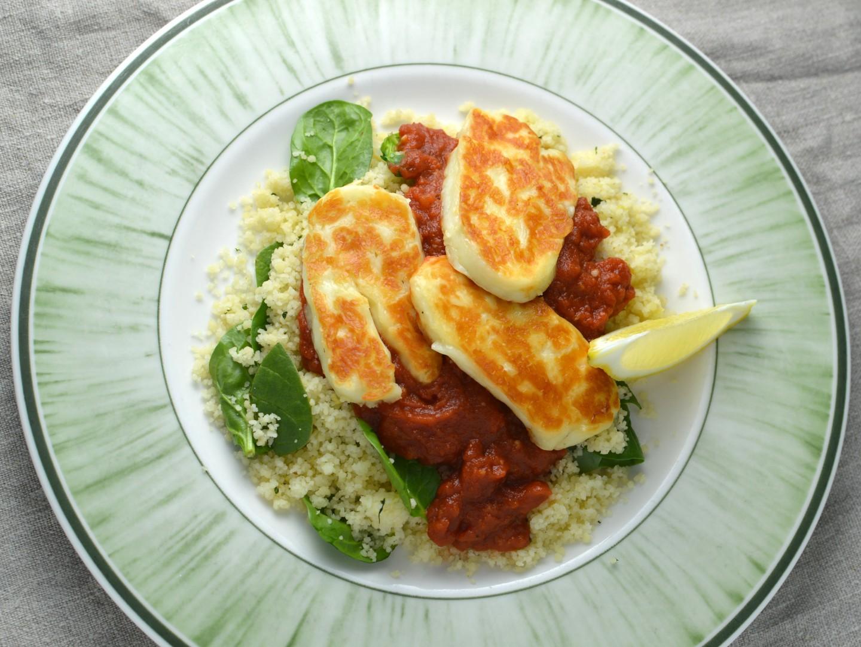 Couscous med halloumi och tomatsås