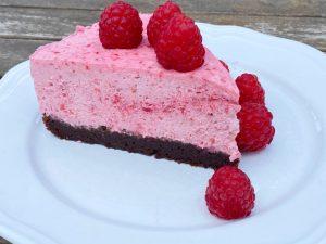 Tårta med hallonmousse och kladdkakebotten