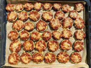 små zucchini pizzor