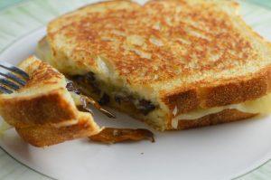 Grilled cheese med smörstekta trattkantareller
