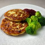 Potatisbullar med lingonsylt och broccoli