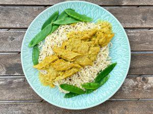 Vegetarisk currygryta med äggnudlar och sockerärtor