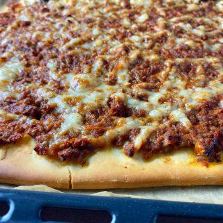 Pizza med köttfärssås