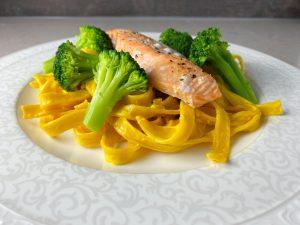 Saffranspasta med lax och broccoli