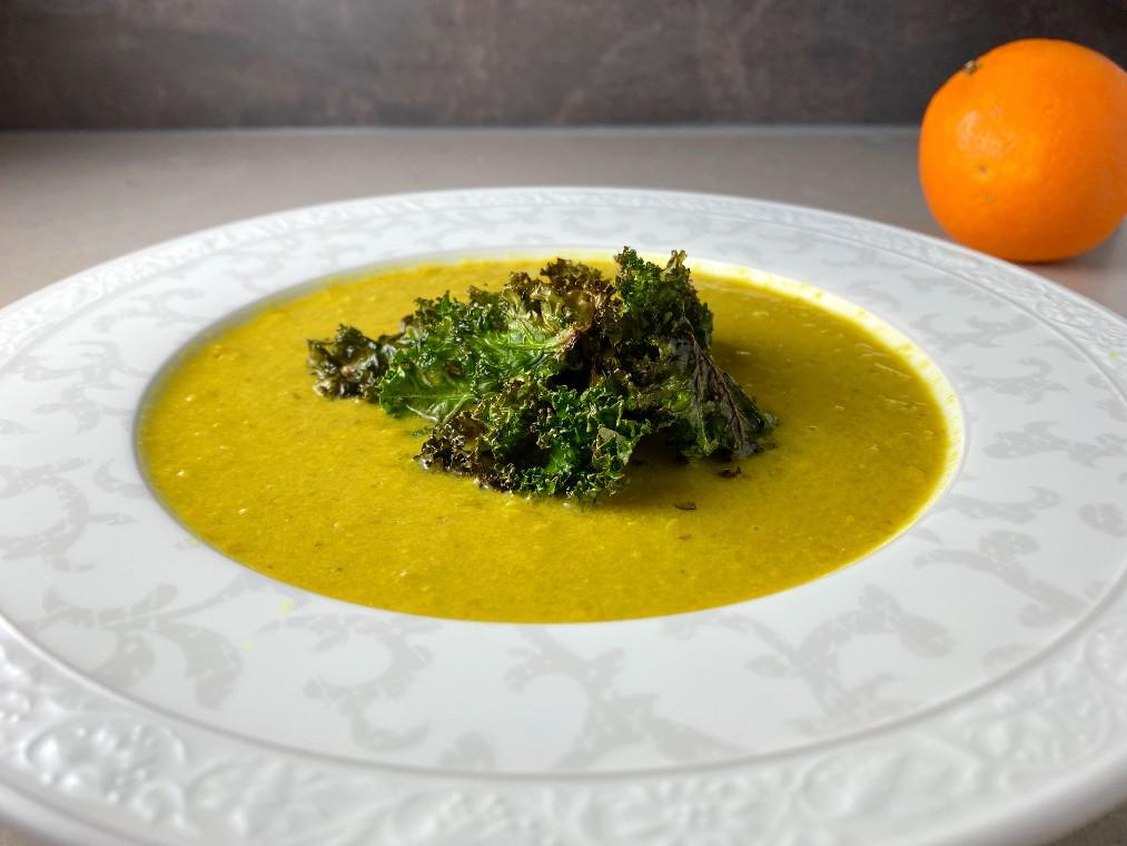 Julig majssoppa med apelsin och grönkålschips