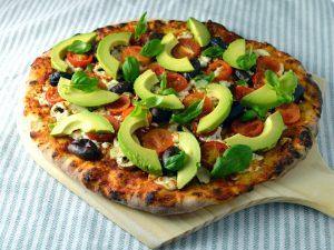 Avokadopizza med oliver och färska champinjoner