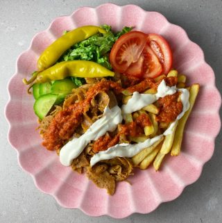Kebabtallrik med röd och vit kebabsås