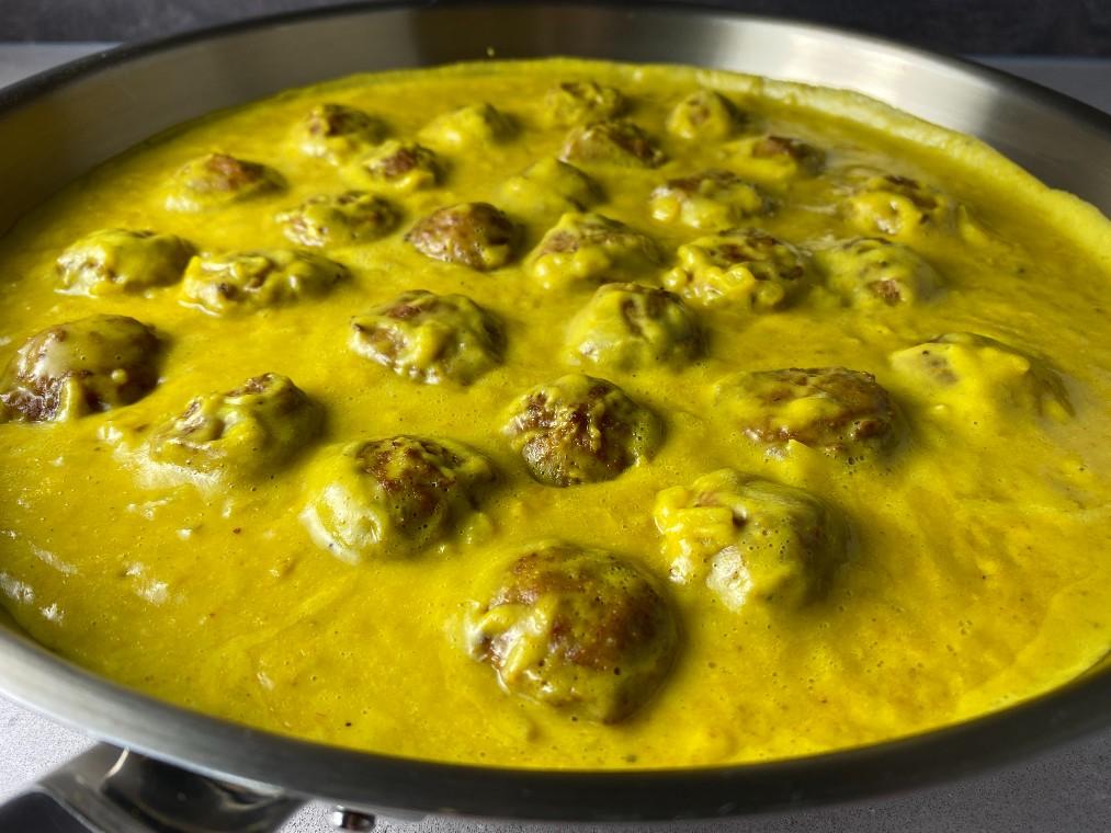 Köttbullar i currysås stekpanna