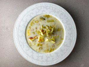 Salladssoppa med stekt ägg