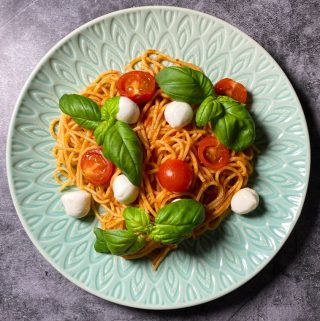 Pasta med pesto mozzarella, tomat och basilika
