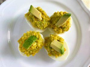 Ägghalvor med avokado och ost