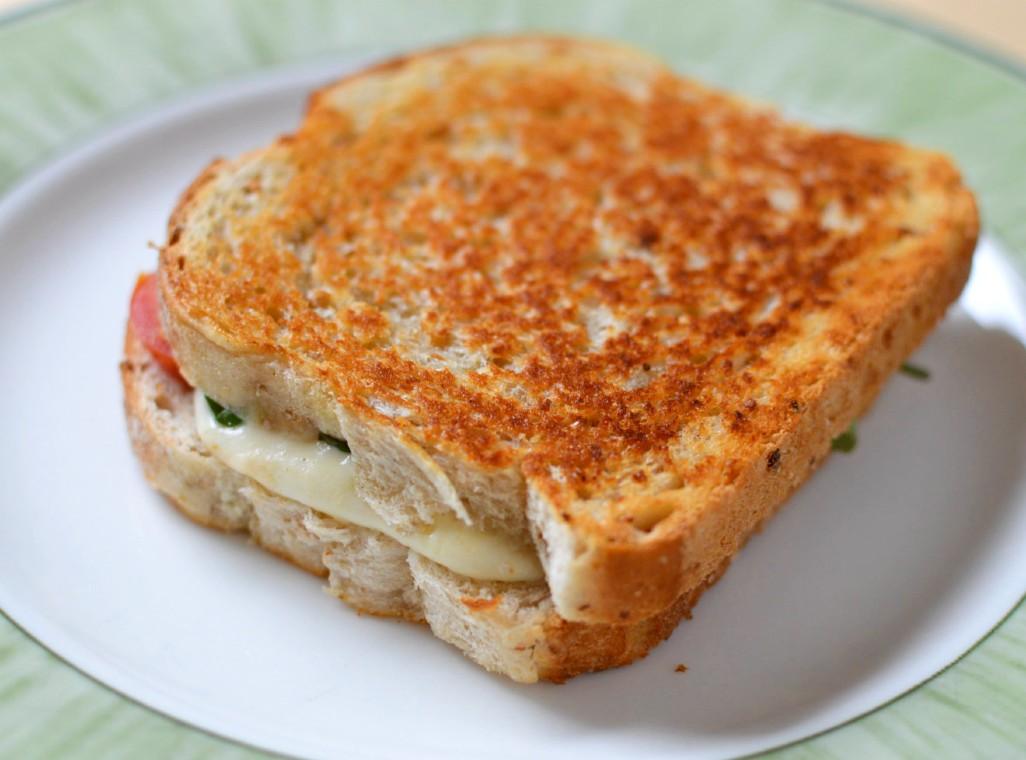 Grilled cheese med mozzarella, tomat och basilika