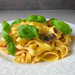 Krämig pasta med svamp tomater och ädelost