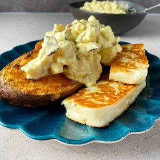 Bakad sötpotatis med curryröra och stekt halloumi