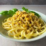 Krämig pasta med riven tofu och majs