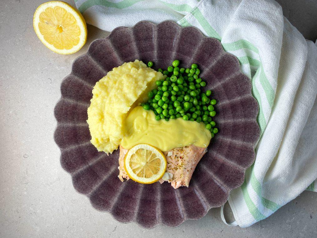 Laxsida i ugn med citron, hollandaise, ärtor och potatismos