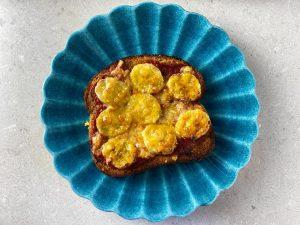 Varma mackor med banan och curry
