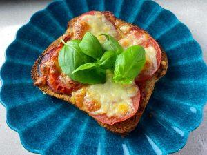 Varma mackor med tomat och mozzarella